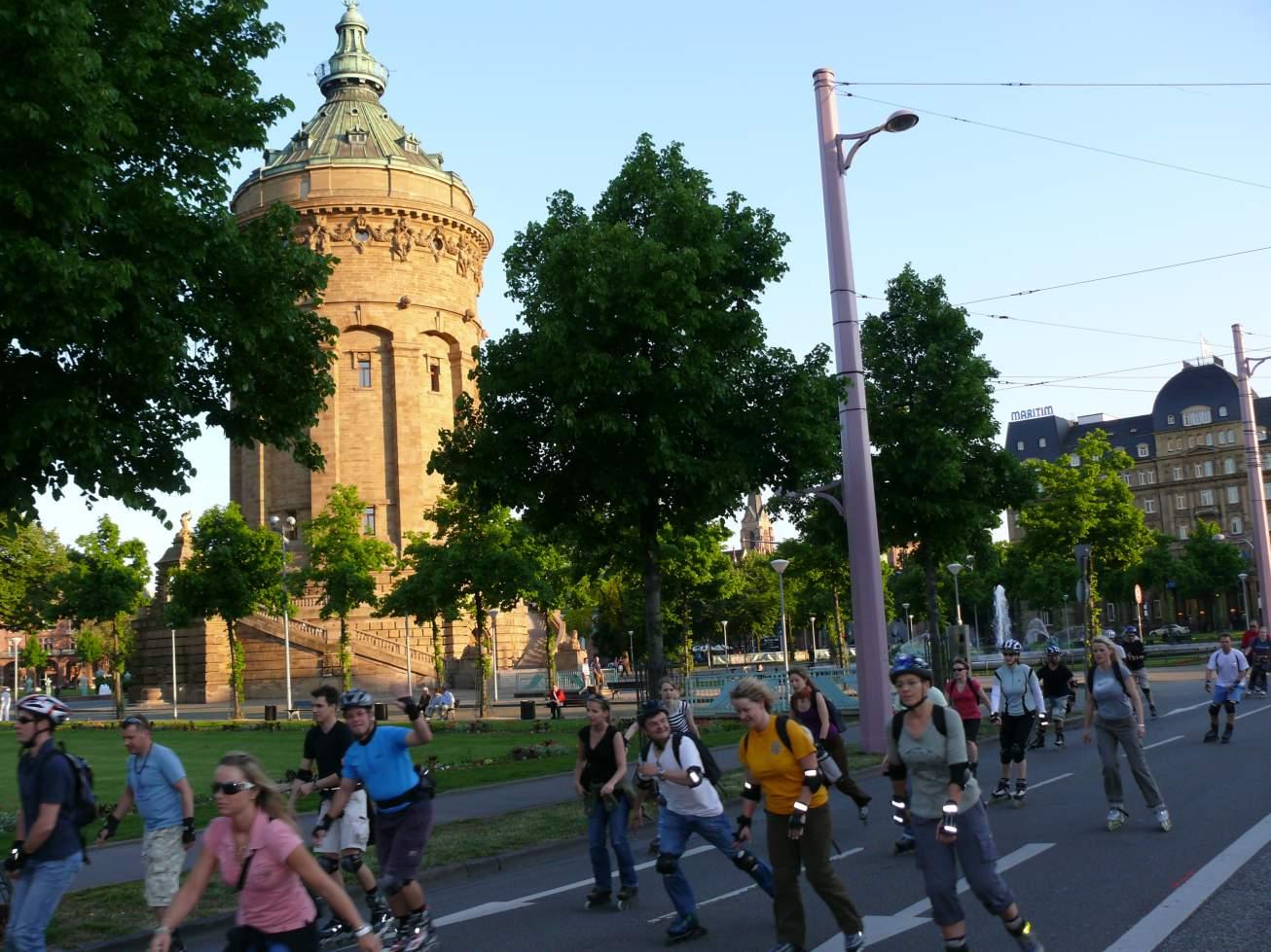 Von 2017 an startet die Skatenight Mannheim jeden zweiten Mittwoch im Sommer vor dem Mannheimer Wasserturm